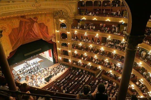 Salle de théâtre, opera en cours